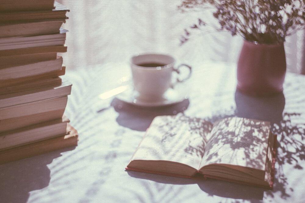 knjiga-šoljica-čaja-sunce-cveće (1)